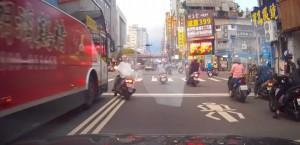 女騎士亂左轉險撞公車 下一秒又不要命往左衝