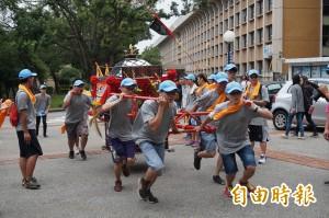 靜宜大學生舉辦王勳文化祭 在校內跑大轎