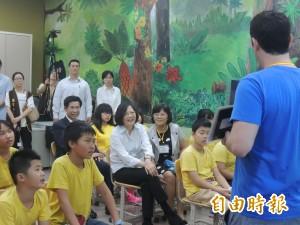 蔡英文訪乾華國小   跟學童一起上英文課