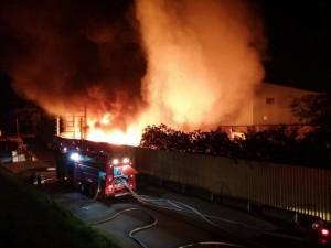 新北樹林凌晨大火 資源回收場火勢猛烈