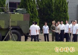 視察裝步憲兵 蔡英文登雲豹裝甲車