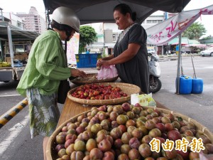 延平、海端水蜜桃減產 攤位兼賣其他農產補不足