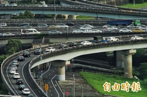 車流上看280萬輛 高公局:國道明日上午恐再塞