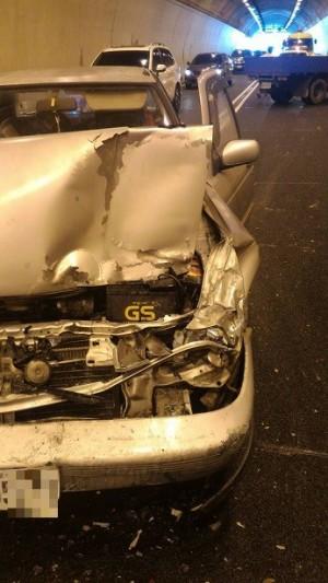 國6國姓1號隧道連環撞 6車受損、2人傷