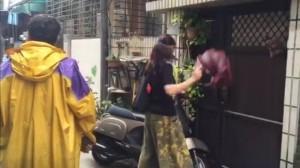 洪素珠家門下午又遭人持傘戳門 要她「出來面對」
