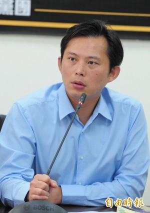 藍轉貼「台灣必須由共產黨統一」 黃國昌:洪秀柱踹共