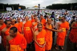 泰警方抄法身寺 數千白衣信徒「肉牆」護住持