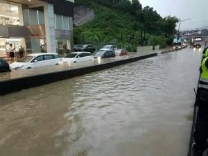 豪雨肆虐 汽車營業所也遭淹 汐止27處積水逾30公分