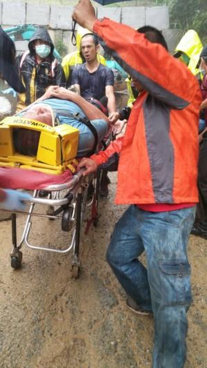 三峽落石壓扁小貨車 生還者:車子剛發動就砸下來