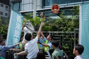 聲援銅鑼灣書店林榮基 香港眾志黨丟書抗議
