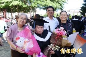 家人一路用愛陪伴 唐氏症女孩完成大學學業