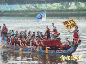 柯P贈龍舟賽「優勝」獎牌 黃國昌笑問「我們勝了誰?」