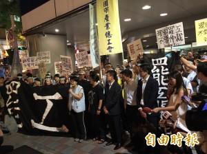 深入罷工抗議現場 空服員表達強烈不滿