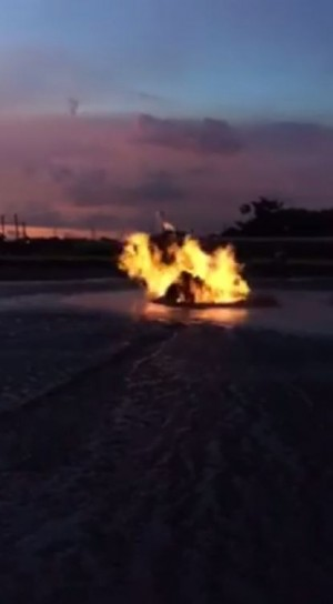 屏東萬丹泥火山噴發 黑夜中烈焰閃爍