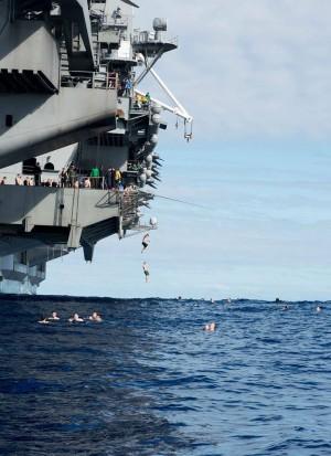 中媒酸美海軍戲水跳海是「怕中國飛彈」 網友吐槽