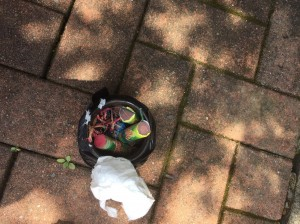 整理露臺發現陌生提袋 打開藏土製炸彈