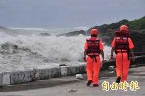 尼伯特颱風逼近 墾丁東岸大浪西岸平靜