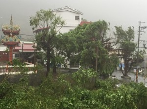 尼伯特登陸地太麻里 風雨暫歇約十分又轉強。