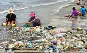 中國暴雨垃圾狂往香港漂 海灘慘變「垃圾灘」