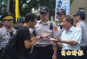 勞團抗議砍7天國假 政院代表拒收陳情書
