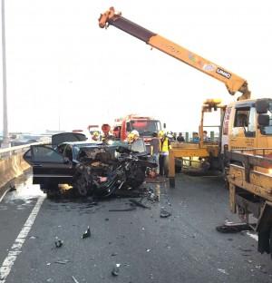 賓士車追撞大貨車 駕駛慘死、3人受傷送醫