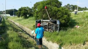 休旅車爆胎失控 衝越國道3號護欄釀5傷