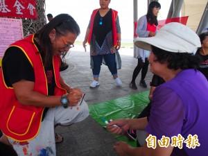 部落藝術家黃曼席樂當義工 關懷獨老很快樂