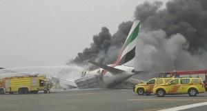 阿聯酋班機降落杜拜出意外 飛機起火燒毀