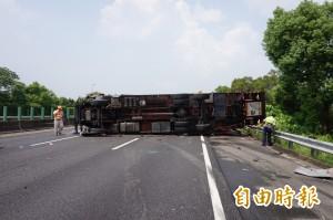 國道3號貨車翻覆 車輛回堵至蘭潭隧道