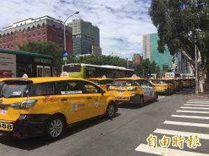逾百計程車「路過」行政院 包圍抗議Uber非法