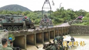戰車翻覆墜溪 軍方打撈2機關槍未尋獲