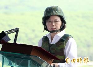 蔡英文視察漢光演習戴鋼盔 退役少將:以身作則