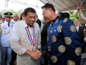 杜特蒂為了漁民低頭 稱中國應視菲律賓為「兄弟」