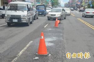 豪雨打壞屏市、萬丹路面 駕駛人行經小心