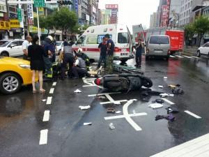 男大生自摔卡車底   路人合力抬車救人