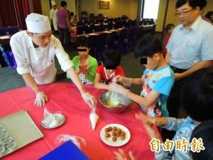 雙手揉麵粉 兒童之家院童做餅慶中秋