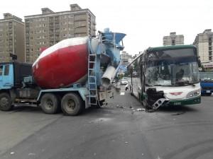 驚險!新北林口公車、水泥車擦撞  13人輕傷
