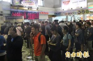台鐵北迴線復駛 花蓮車站擠滿返鄉遊客