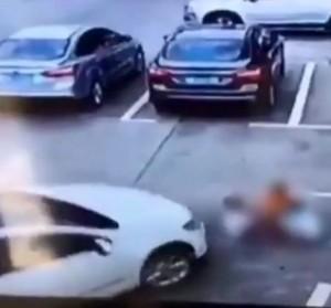 驚悚!邊開車邊玩手機 轎車直接輾過3孩童