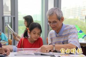退休老師當志工 伴讀弱勢學生