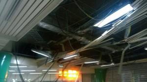 風真的好大 捷運新店站天花板也被吹垮了