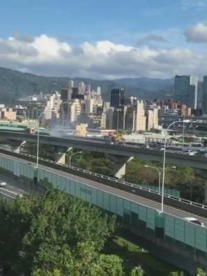 汐五高架北上路段火燒車 後方車輛大回堵