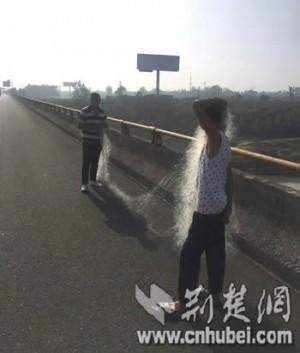 在河邊抓不到魚 強國男爬上高速公路…