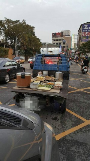 貨車載飯菜上路沒加蓋...衛生問題引網友熱議