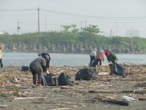 600志工彌陀濱海淨灘 撿獲6千多公斤塑膠垃圾