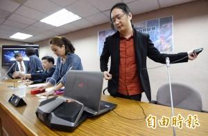 網友酸唐鳳帶電競筆電 本尊15分鐘跳出來回覆