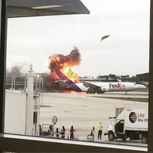 又燒! 美國佛州機場貨機爆炸  零件炸上天