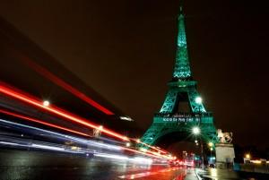 凱旋門、艾菲爾鐵塔綻綠光 慶巴黎氣候協定生效