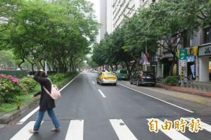 紅燈前來不及穿越馬路 運研所:停在分隔島