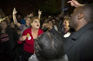 川普當選心碎了 民眾白宮外爆哭燒國旗